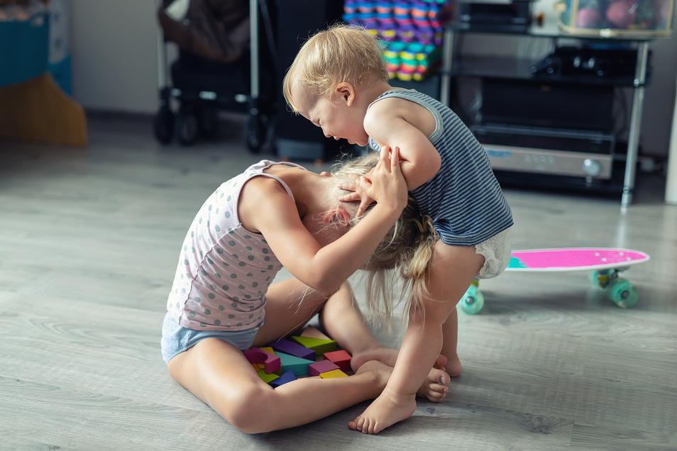 Auf die Zwölf: Eingreifen müssen Eltern bei streitenden Geschwistern vor allem, wenn es für die Kleinsten körperlich gefährlich wird.