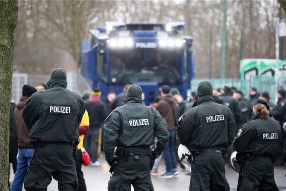 Ein massives Polizeiaufgebot erwartete die Dynamo-Fans vor dem Spiel am Gästeeingang.