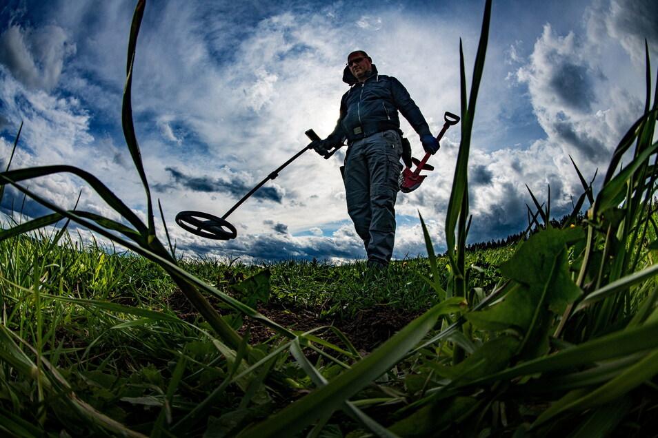 Auf der Suche nach der Vergangenheit: Ausgerüstet mit Metalldetektor und Spaten, ist Hobbyarchäologe Ronny Schott unterwegs auf einem Feld im Schneeberger Ortsteil Griesbach.