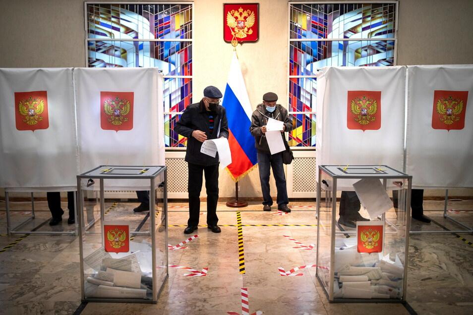 Die Kremlpartei Geeintes Russland von Präsident Putin ist bei den Parlamentswahlen wieder stärkste Kraft geworden. Überschattet wurde die Abstimmung jedoch von Manipulationsvorwürfen.