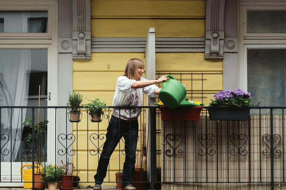 Bild mit Symbolcharakter - beim Nachbarn die Blumen mit gießen. Dafür und für viele andere Aktivitäten steht die Internet-Plattform nebenan.de.