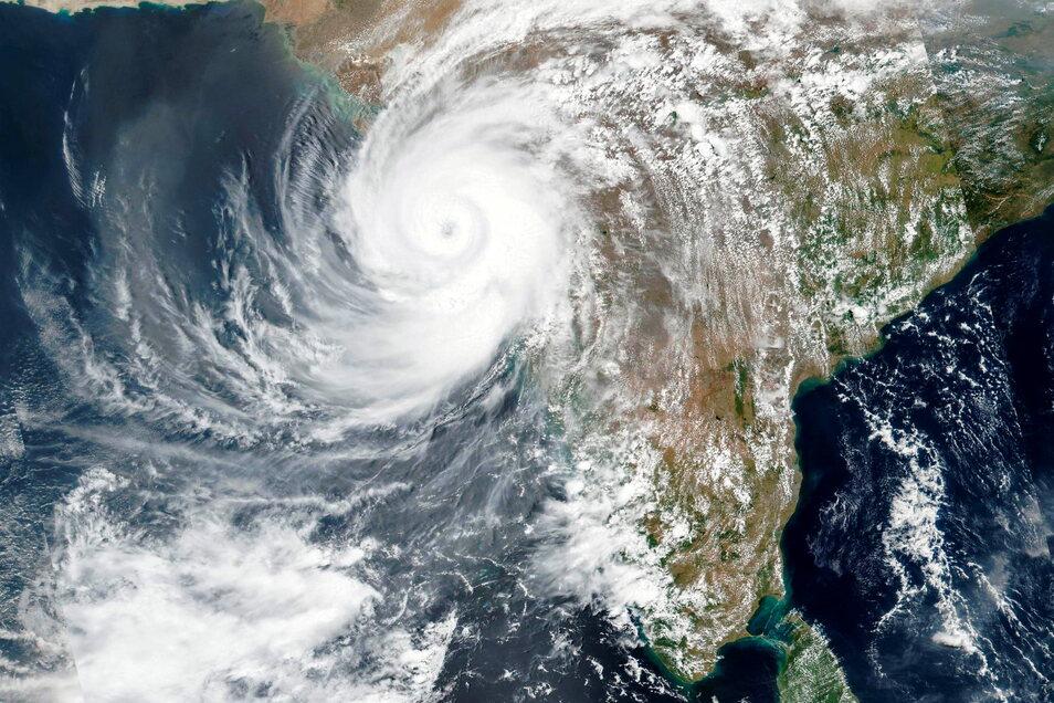 17.05.2021, Indien, ---: Dieses am Montag, 17. Mai 2021, von der NASA veröffentlichte Satellitenbild zeigt den Zyklon Tauktae, der sich der Westküste Indiens nähert. Der mächtige Zyklon, der im Arabischen Meer entstanden ist, traf am Montag auf die We
