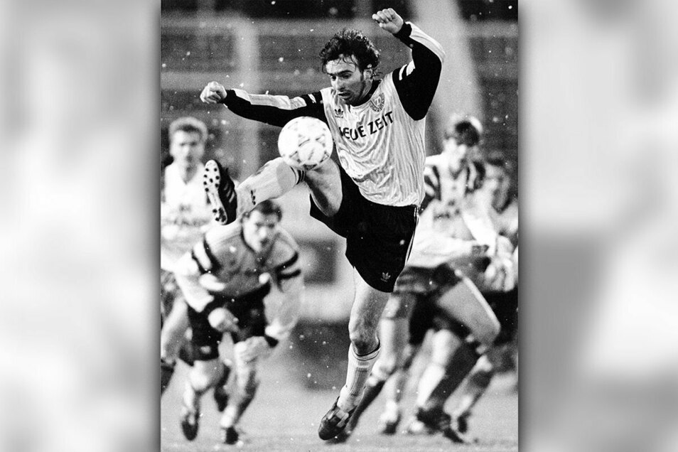 Bei Dynamo wird Miroslav Stevic auf Anhieb Stammspieler und nimmt im Mittelfeld eine zentrale Rolle ein. Seine Ballannahme ist auch im Schneeftreiben perfekt wie hier beim Spiel gegen den Hamburger SV.