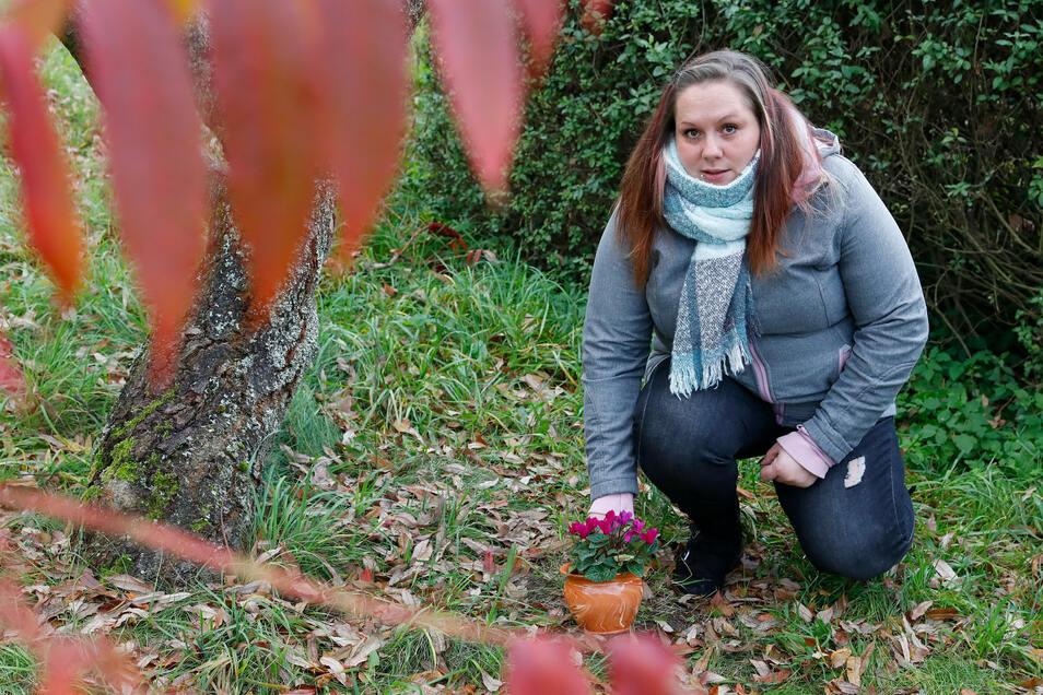 Nicole Sommer am Katzengrab in ihrem Garten.