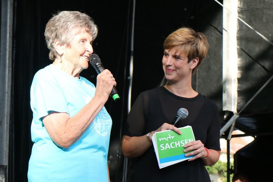 Ursula Vierig (90) und MDR-Moderatorin Elena Peltzer.