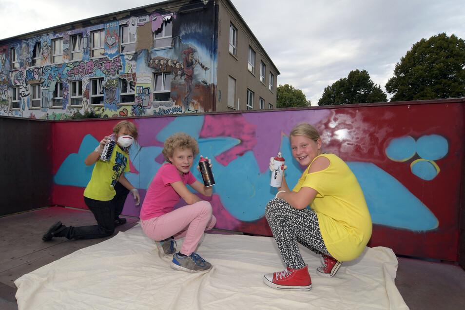 Während des Ferienprogramms gestalten die Kinder die Podeste der Skaterrampen im Hof des Jugendhauses farbenfroh. Die Optik passt zur Fassade des Hauses.