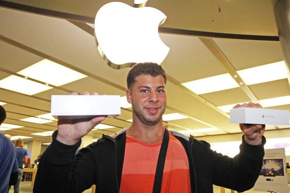 Die ersten Exemplare des Gerätes gingen an Ali Leila. Der 22-Jährige war extra aus Berlin nach Dresden gekommen ...