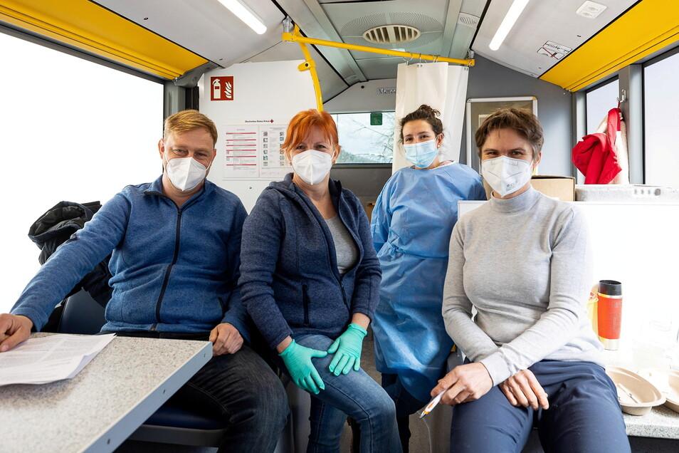Das Team vom Altenberger Impfbus: Marco Möller erledigte den Papierkram, Cornelia Rotter, Juliane Pohl halfen als medizinische Fachangestelle und Ärztin Stephanie Boden nahm die Impfungen vor,