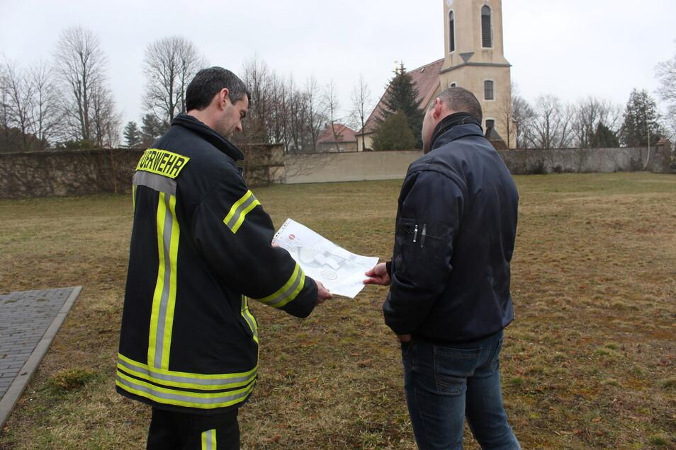 Ortswehrleiter Raiko Riedel (l.) und Bauhofchef Harpo Heide besprechen, wie der Landeplatz markiert werden soll.