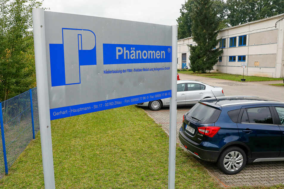 """Die neue Firmenbezeichnung """"Phänomen - Niederlassung der FMA - Freitaler Metall- und Anlagenbau GmbH"""" steht schon am Eingangstor an der Gerhart-Hauptmann-Straße in Zittau."""