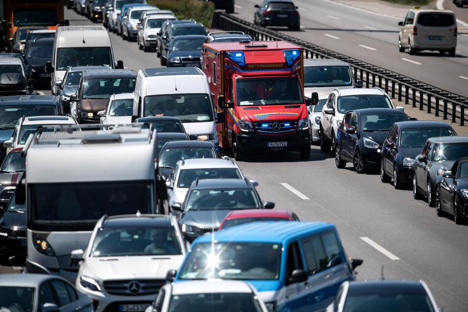 Eine Rettungsgasse zu Bilden scheint für manchen Autofahrer eine große Herausforderung zu sein.