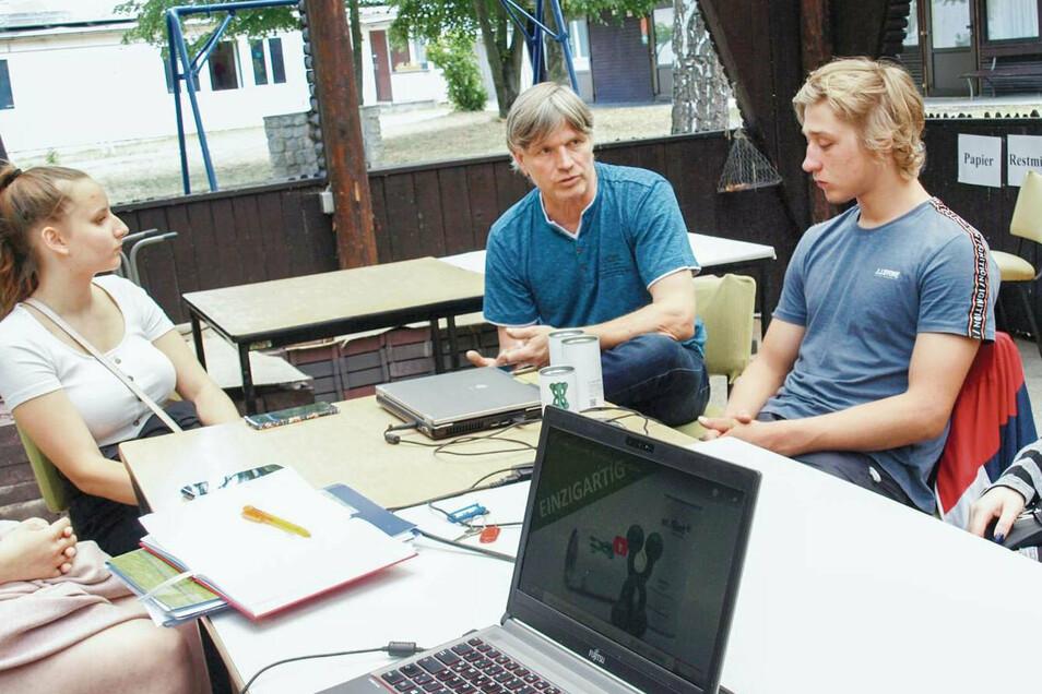Unternehmer Sören Flint (2.v.l.) arbeitet mit der Schülerfirma in Weißwasser zusammen. Das bringt Vorteile und Herausforderungen für alle Beteiligten – und tolle Ergebnisse.