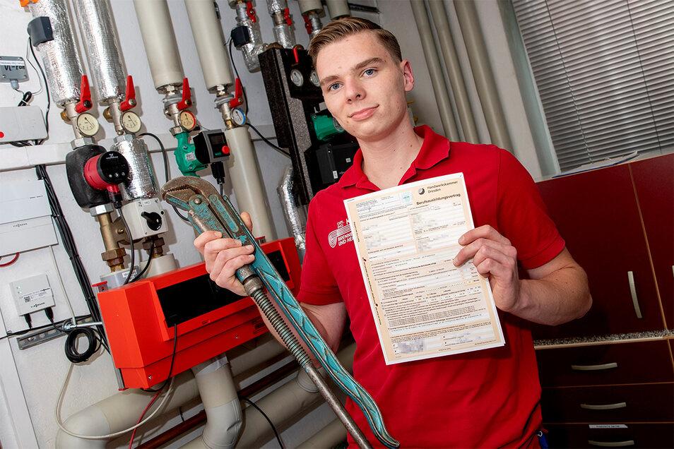 Leon Richter ging mit dem Lehrvertrag in der Hand einst zum Tag der Ausbildung. Jetzt gehört die Wasserpumpenzange zu seinen täglichen Werkzeugen.