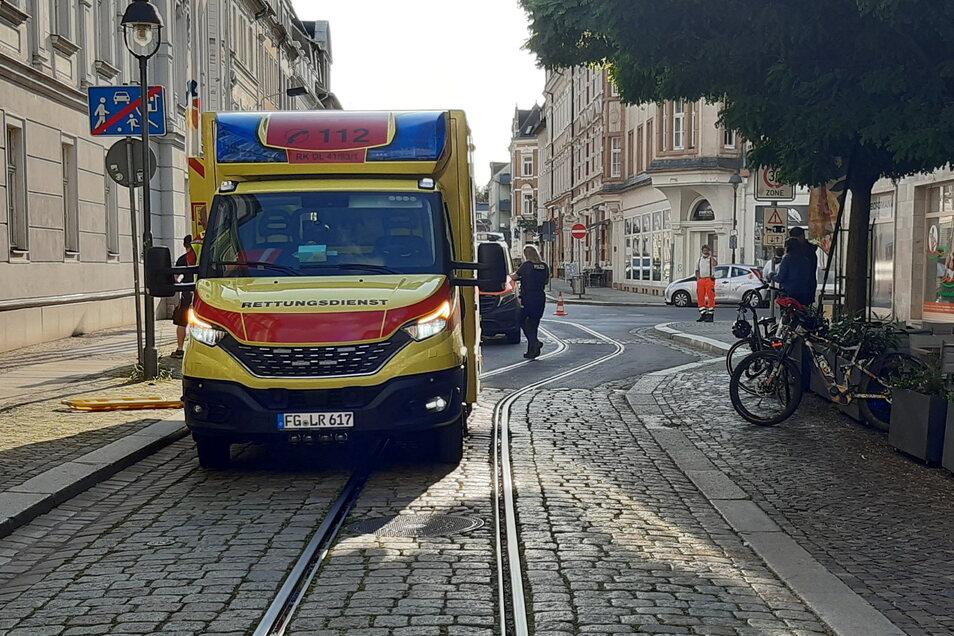 Auf der Bahnhofstraße vor dem Theater ist die Frau mit ihrem Fahrrad in den Schienen hängengeblieben.