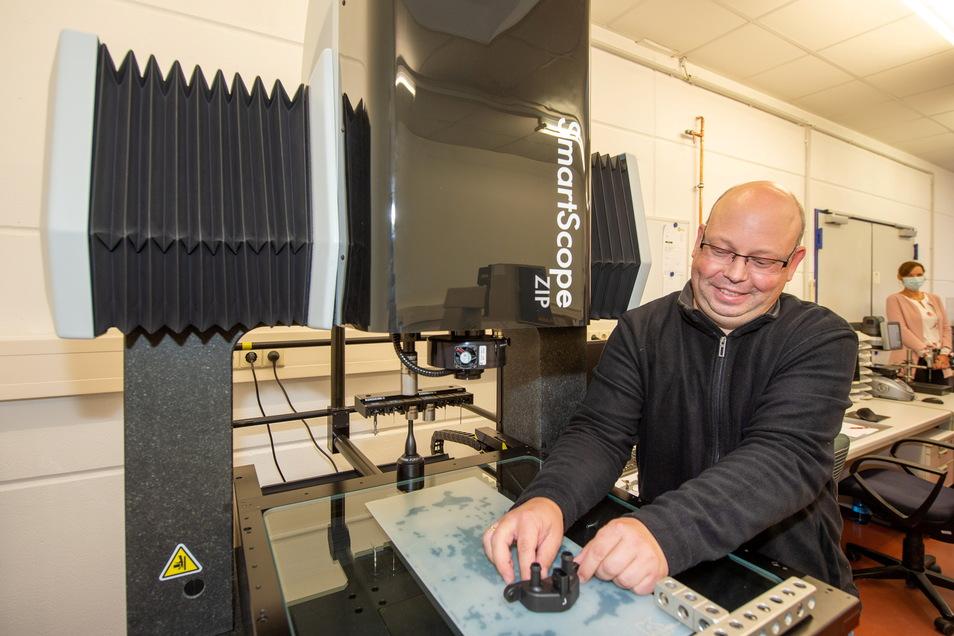 René Reck prüft an der Koordinatenmessmaschine ein Kunststoffteil.