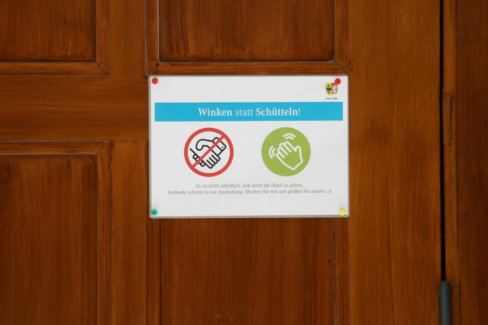 Das Schild im Görlitzer Joliot-Curie-Gymnasium stammt noch aus der Zeit vor der Schulschließung. Es kann bleiben. Mit der Öffnung gelten sowohl Abstands- wie auch Hygienevorgaben. So sollen die Schüler direkt nach Betreten des Schulhauses zunächst Händewa