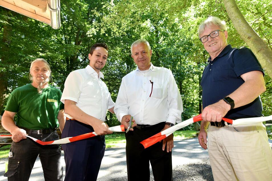 Eine der ersten Amtshandlungen als neuer Tierpark-Direktor: Andreas Stegemann (links) eröffnet gemeinsam mit Dennis und Cengiz Demirel und dem früheren Tierparkchef Bernd Großer das umgebaute Nerzgehege.