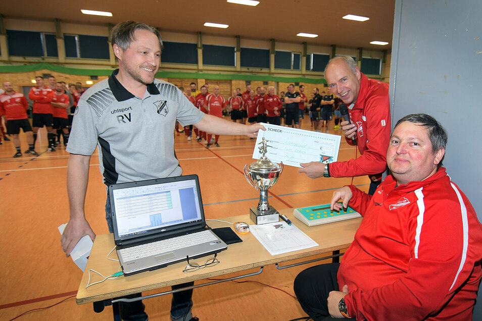Die Ideengeber der Spendenaktion für Swen Liebsch (rechts) wollen nach dem Erfolg des VfB-Aufrufs nicht aufhören und sammeln noch bis 31. Januar 2020 weiter.