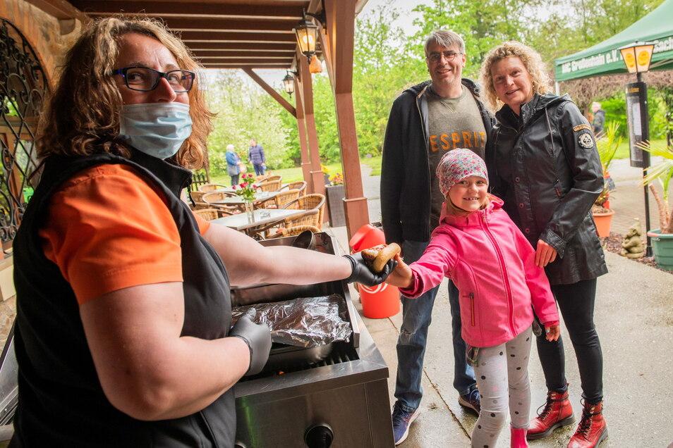 Männertag auf dem Kupferberg: Carola und Jörg Küster sind mit Enkelin Frieda gekommen, weil sie gern hier sind und sich auf eine Bratwurst vom Grill freuen. Victoria Pietzsch (links) erfüllt ihnen den Wunsch.