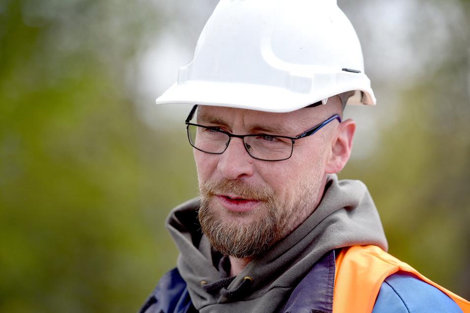 Robin Hirsch von der Metallbaufirma Kratzer nimmt auf dem Gipfel die Bauteile in Empfang. Er gehört zu den Monteuren, die die Plattform in den kommenden Wochen aufbauen.