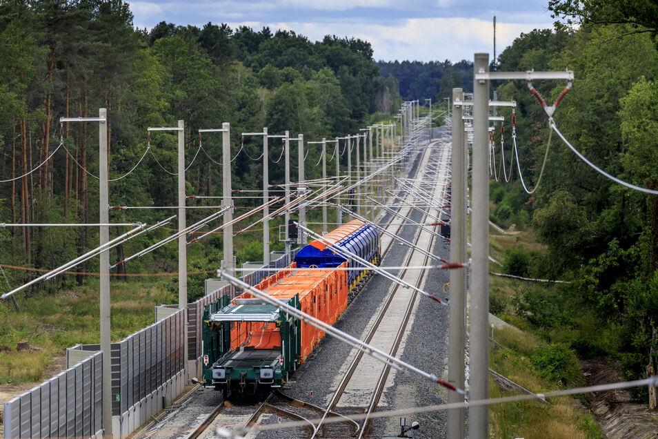 Auf der Magistrale - von  Knappenrode über Niesky bis zur polnischen Grenze - wurde die Strecke in den vergangenen Jahren elektrifiziert. Ob es auch für Dresden-Görlitz dazu kommen wird, steht noch in den Sternen.