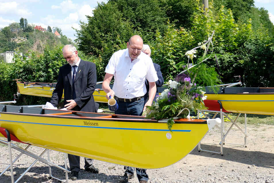 Zum Saisonauftakt beim Meißner Ruderclub tauft Oberbürgermeister Olaf Raschke den neuen Achter - das Flaggschiff des Vereins.