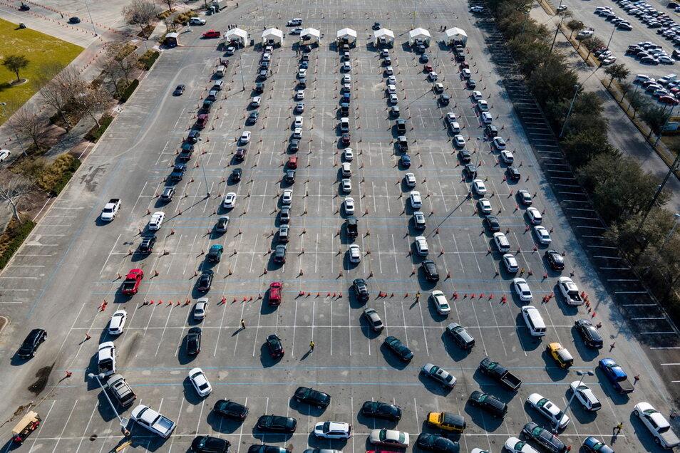 Impfen mit Vollgas: In den USA läuft die Kampagne auf Hochtouren, wie hier auf einem Parkplatz eines Sportzentrums in Houston.