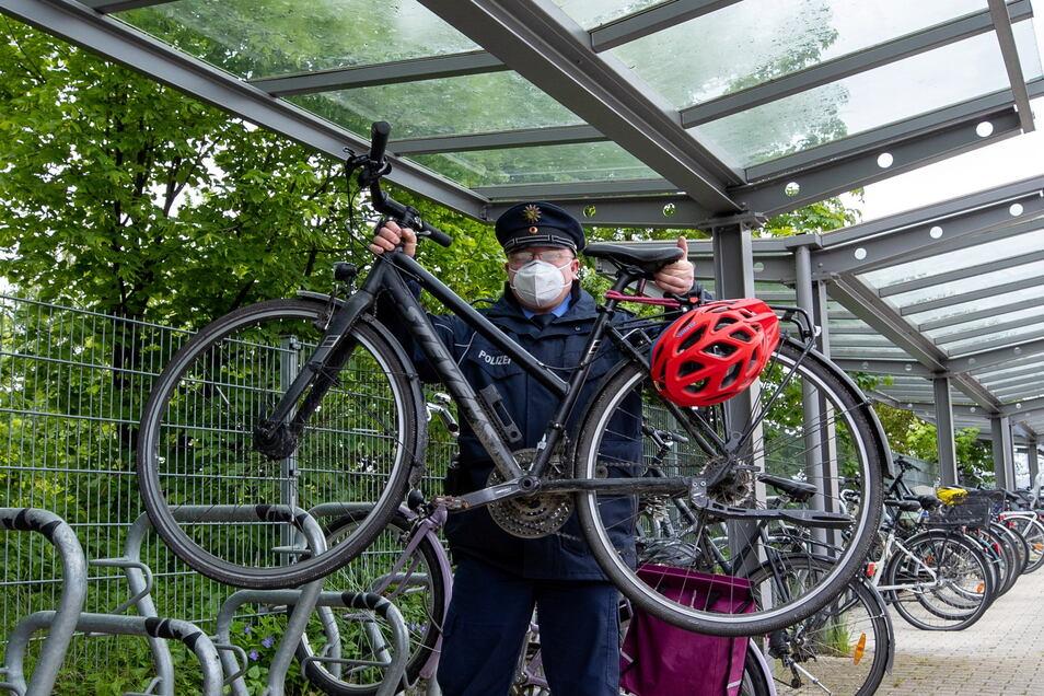 """""""Gelegenheit macht Diebe."""" Pirnas Fahrradermittler Daniel Szenes demonstriert, wie leicht sich dieses Bike am Pirnaer Bahnhof wegtragen lässt."""