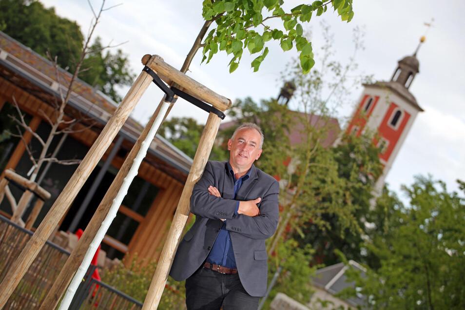 Thomas Zschornak ist seit 1990 der Nebelschützer Bürgermeister. Wenn er über sein Dorf spricht, dann fällt oft das Wort Enkeltauglichkeit. Wichtig ist ihm, die Menschen vor Ort einzubeziehen und ihnen Verantwortung zu übertragen.