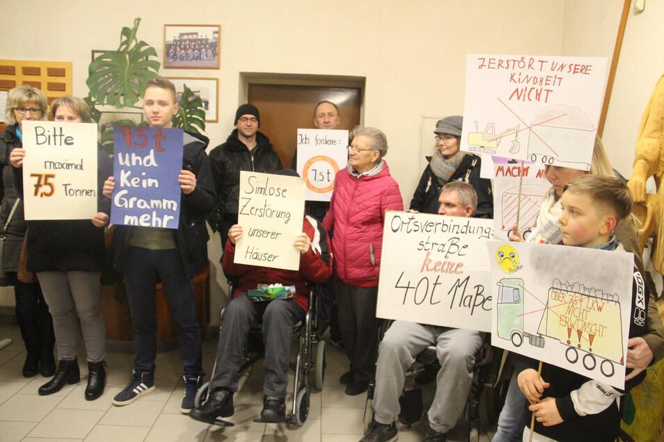 Vor der Gemeinderatssitzung haben Bürger aus Pließkowitz und Kleinbautzen für eine Beschränkung des Lkw-Verkehrs auf der Straße zwischen den beiden Orten demonstriert.