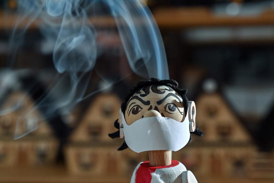 In der Werkstatt des Spielzeugmachers Tino Günther in Seiffen raucht die neueste Figur des Sortiments der Kopf. Tausende Bestellungen für den qualmenden Drosten sind bisher eingegangen.Tino Günther