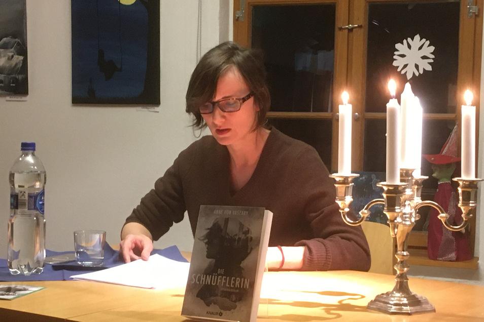 Anne von Vaszary in der Großenhainer Bücherei.