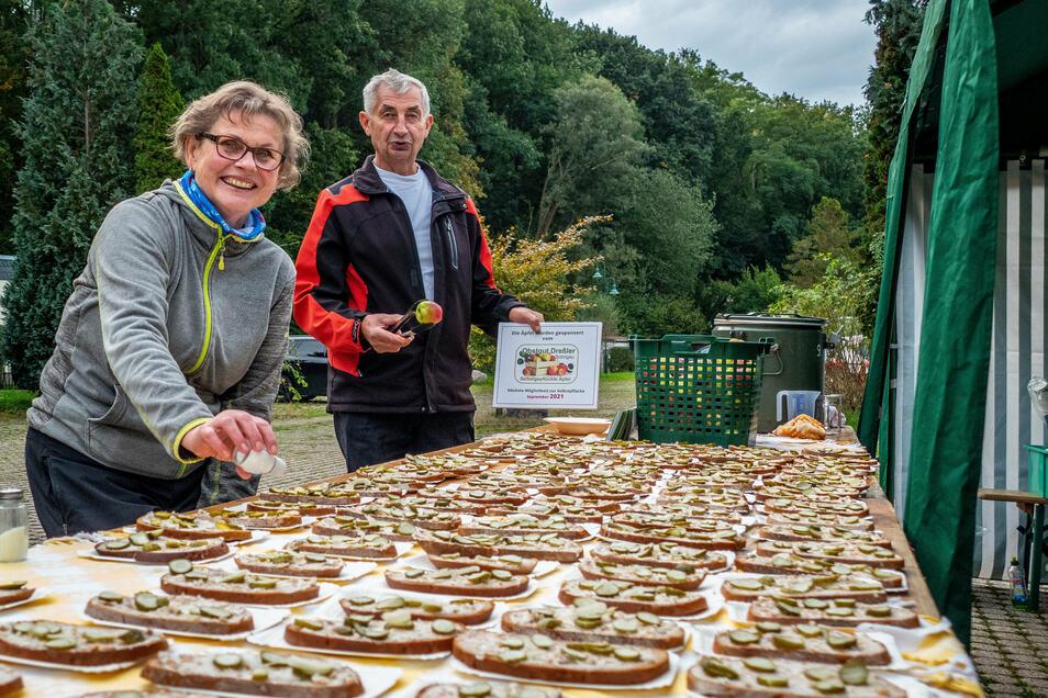 Dietmar Dugas und Margitta Weise sorgen für die Verpflegung der Wanderer mit Fettbemmen , Obst und Tee.
