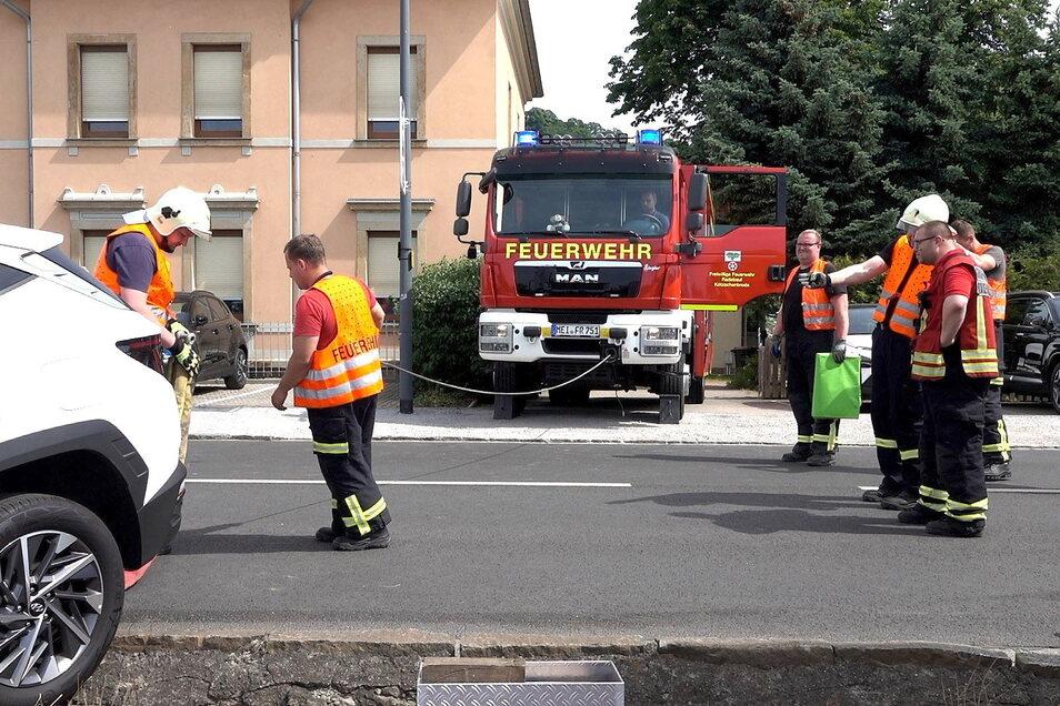 Die Freiwillige Feuerwehr Radebeul zog den Hyundai aus den Gleisen.