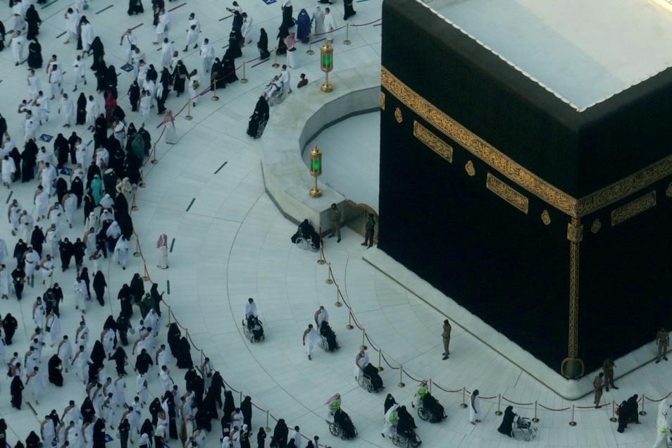 Muslimische Pilger umrunden im Innenhof der Heiligen Moschee die Kaaba, dem zentralen Heiligtum des Islams. Erstmals seit Beginn der Corona-Pandemie hat in der Großen Moschee von Mekka in Saudi-Arabien wieder ein Gebet ohne Abstandsregeln stattgefunden.