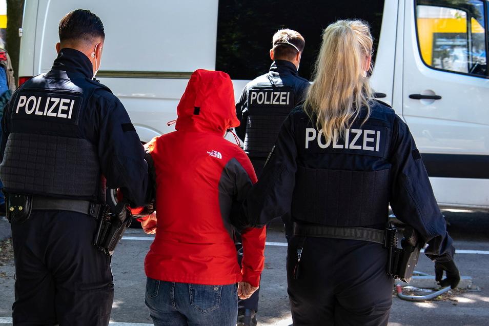 Noch nicht im Gewahrsam der Polizei sind sieben wahrscheinlich illegale Einwanderer, die am Donnerstag in der Umgebung von Niesky gesichtet wurden.