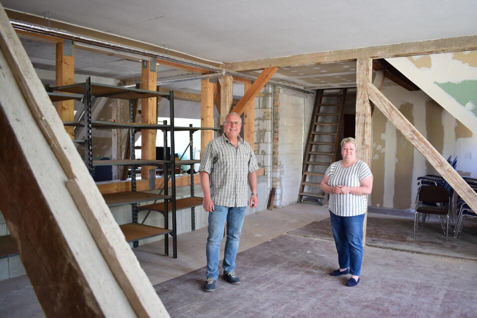 Bernd Wende und Ulrike Neumann stehen auf dem Dachboden des Bürgerzentrums in Knappenrode, der zur Selbsthilfewerkstatt ausgebaut werden soll.