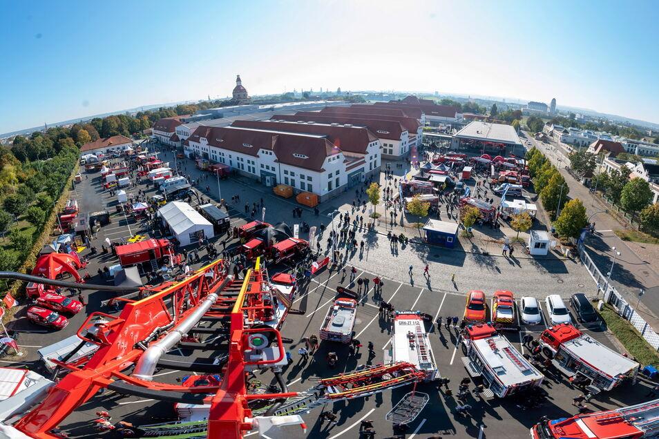 Der Blick von der langen Leiter zeigt: Jede Menge Betrieb war an diesem Sonnabend bei der Feuerwehrmesse Florian.