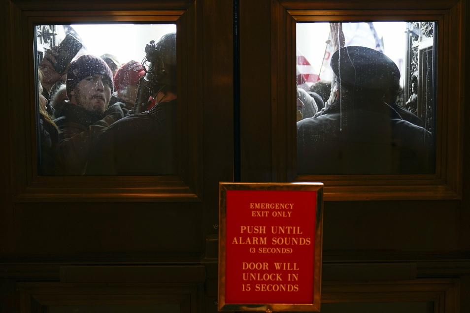 Die US-Kapitol-Polizei versucht, Demonstranten vor den östlichen Türen zur Hausseite des US-Kapitols zurückzuhalten.