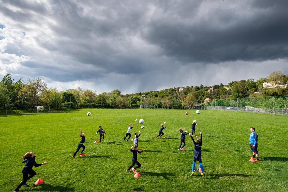 Mit gebührendem Abstand trainieren – das gilt auch beim Fußballnachwuchs des SV Loschwitz. Nur ist das Umsetzen der strengen Hygiene-Regeln für die Vereine an der Basis gar nicht so einfach.