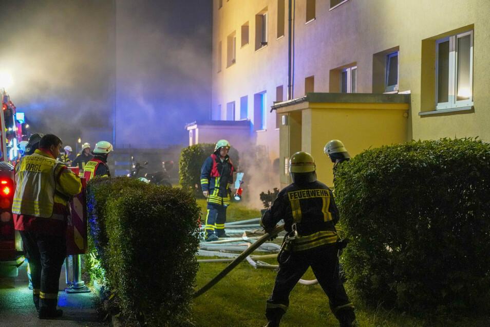 Im Keller eines Mehrfamilienhauses am Kirchweg in Kleinbautzen stand in der Nacht zu Freitag Unrat in Flammen. Feuerwehrleute konnten den Brand schnell löschen.
