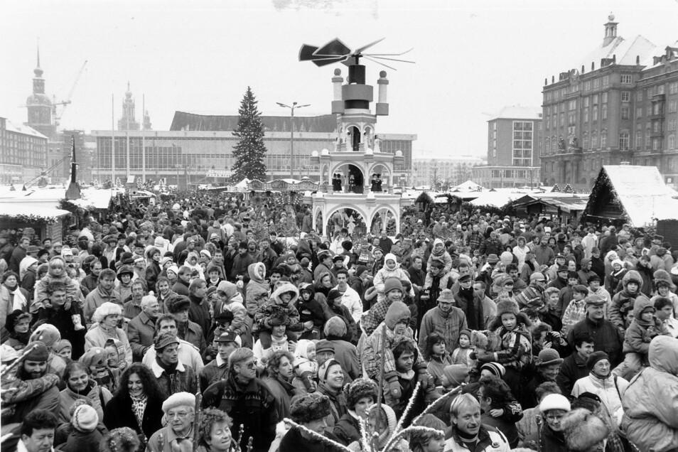 1993: Besucher drängen sich auf dem Dresdner Striezelmarkt rund um die Pyramide,im Hintergrund der Kulturpalast.
