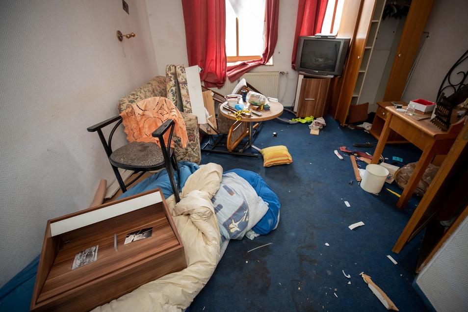 """Hinterlassenschaften vom """"Jungen Wohnen"""": In vielen Zimmern liegt Müll ohne Ende."""