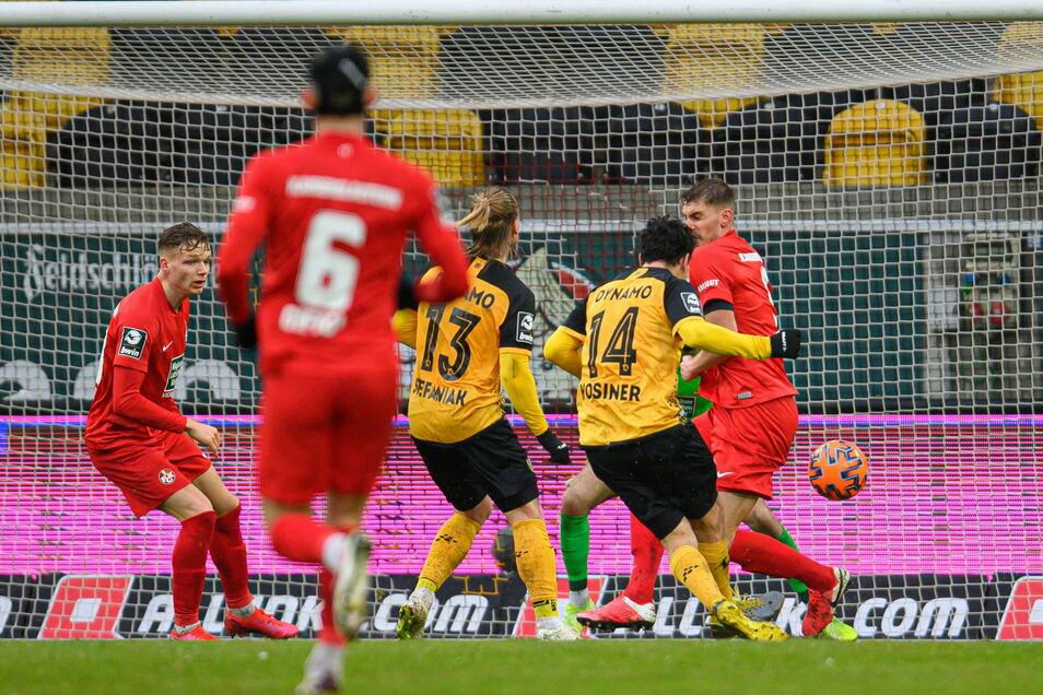 Nach dem frühen Rückstand ist das Spiel gedreht: Dynamos Philipp Hosiner (2. v. r) erzielt kurz vor dem Pausenpfiff das Tor zum 2:1 für die Schwarz-Gelben.