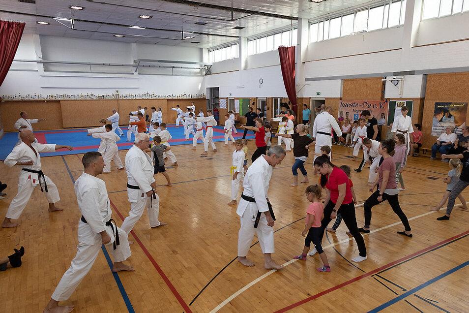 Das Training wurde auch von den Eltern, wie hier die von Elias, ganz gut angenommen. Nicht im Bild zu sehen sind die noch viel zahlreicheren Zuschauer.