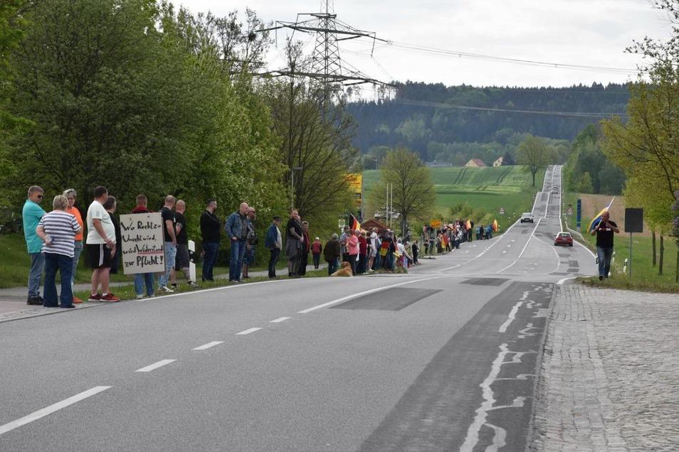 Am Sonntagvormittag protestierten Menschen entlang der B 96 gegen die Corona-Beschränkungen, unter anderem in Weigsdorf-Köblitz.