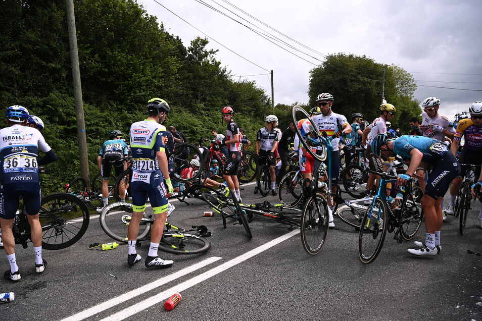Auf der ersten Tour-Etappe löste eine Zuschauerin den folgenschweren Massensturz gut 45 Kilometer vor dem Ziel aus.