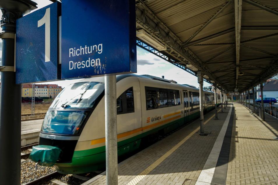 Ein Zug der Länderbahn verlässt den Bautzener Bahnhof in Richtung Dresden. Das Unternehmen ist vom aktuellen Streik der Lokführergewerkschaft nicht betroffen.