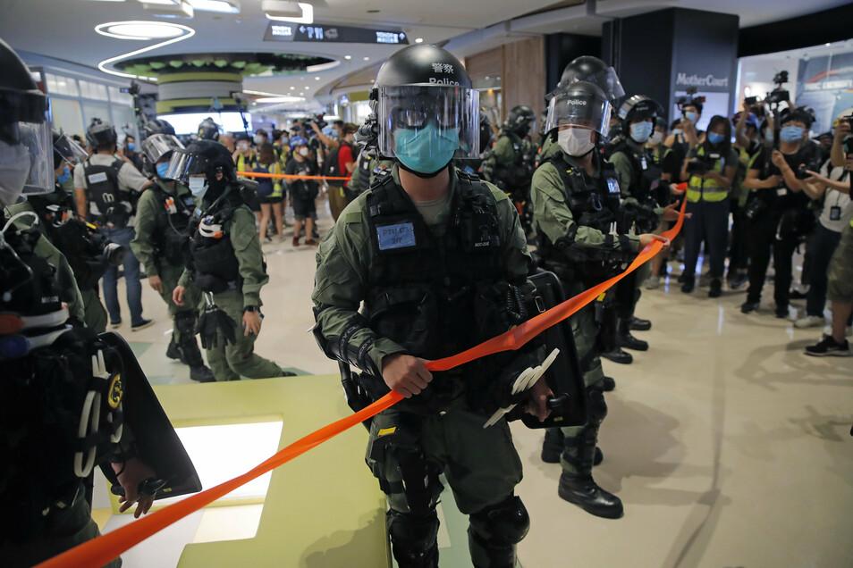 Bereitschaftspolizisten sperren einen Bereich eines Einkaufszentrums in Hongkong ab