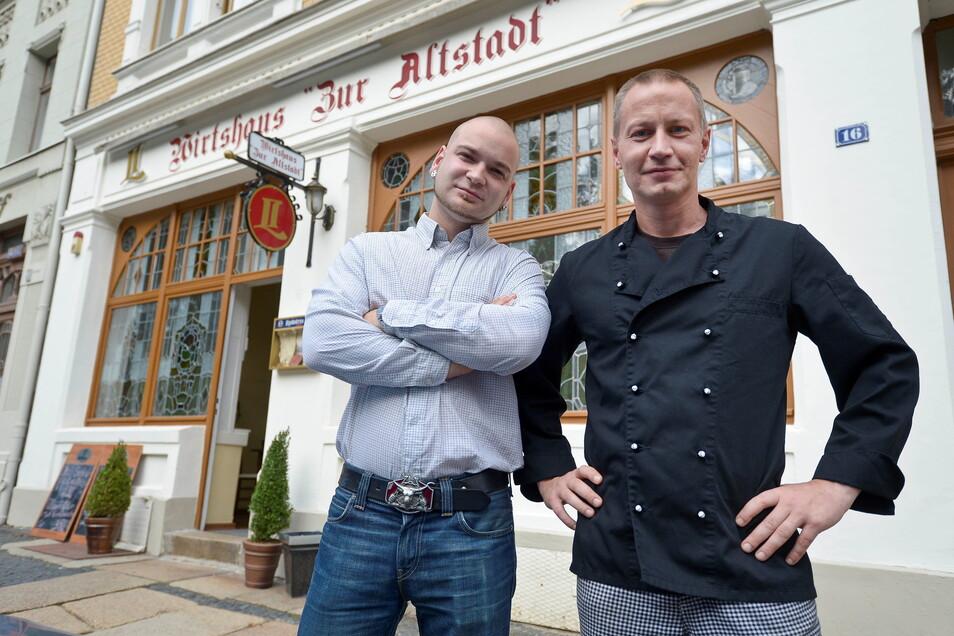 """Thomas Seliger (r.) führt das Wirtshaus """"Zur Altstadt"""", in dem sich häufig die AfD trifft."""